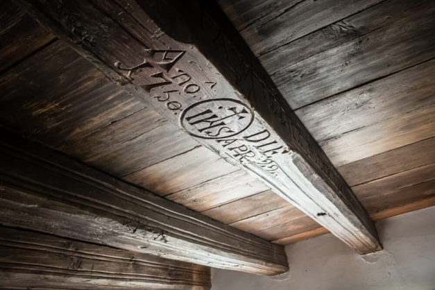 Inskrypcja na drewnianej belce