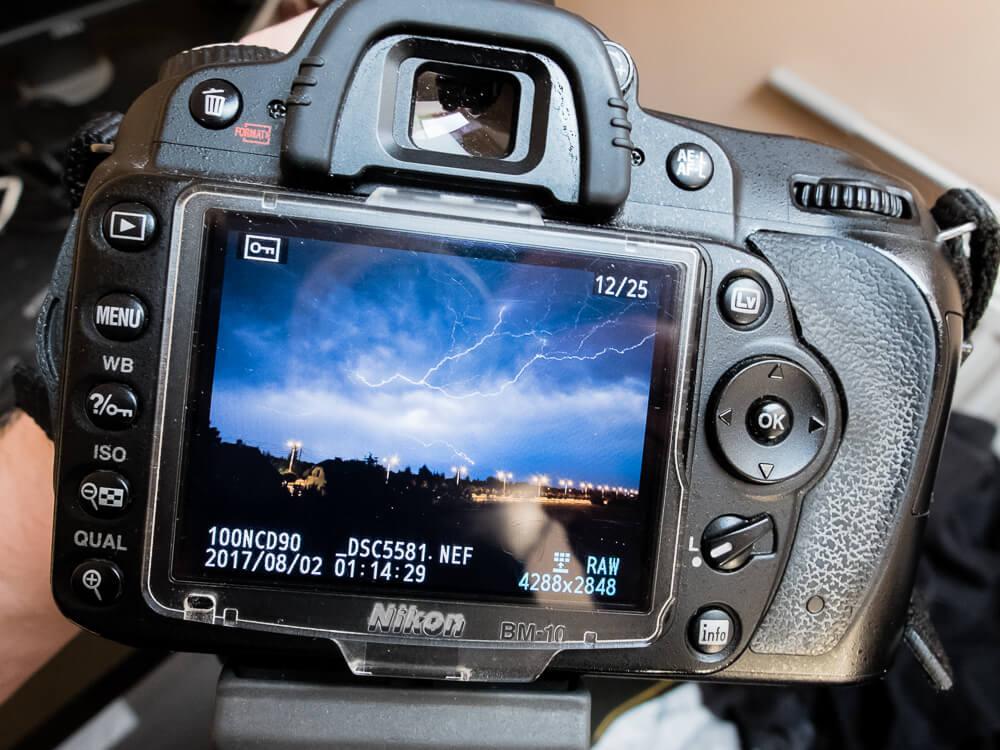 Nikon D90 podczas wykonywania zdjęć błyskawic