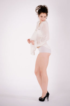 Modelka podczas sesji w studiu fotograficznym