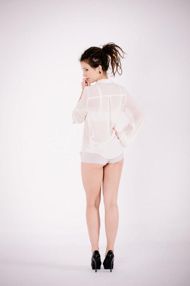 Modelka podczas sesji zdjęciowej w studio