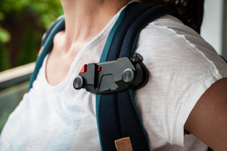 Camrock FastClip - przymocowany do plecaka