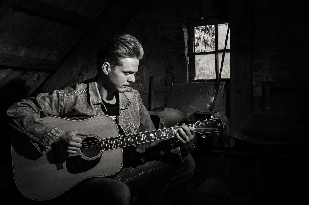 Muzyczna sesja zdjęciowa na strychu