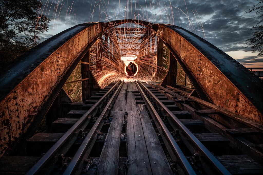 Pokaz ognia na nieczynnym moście kolejowym