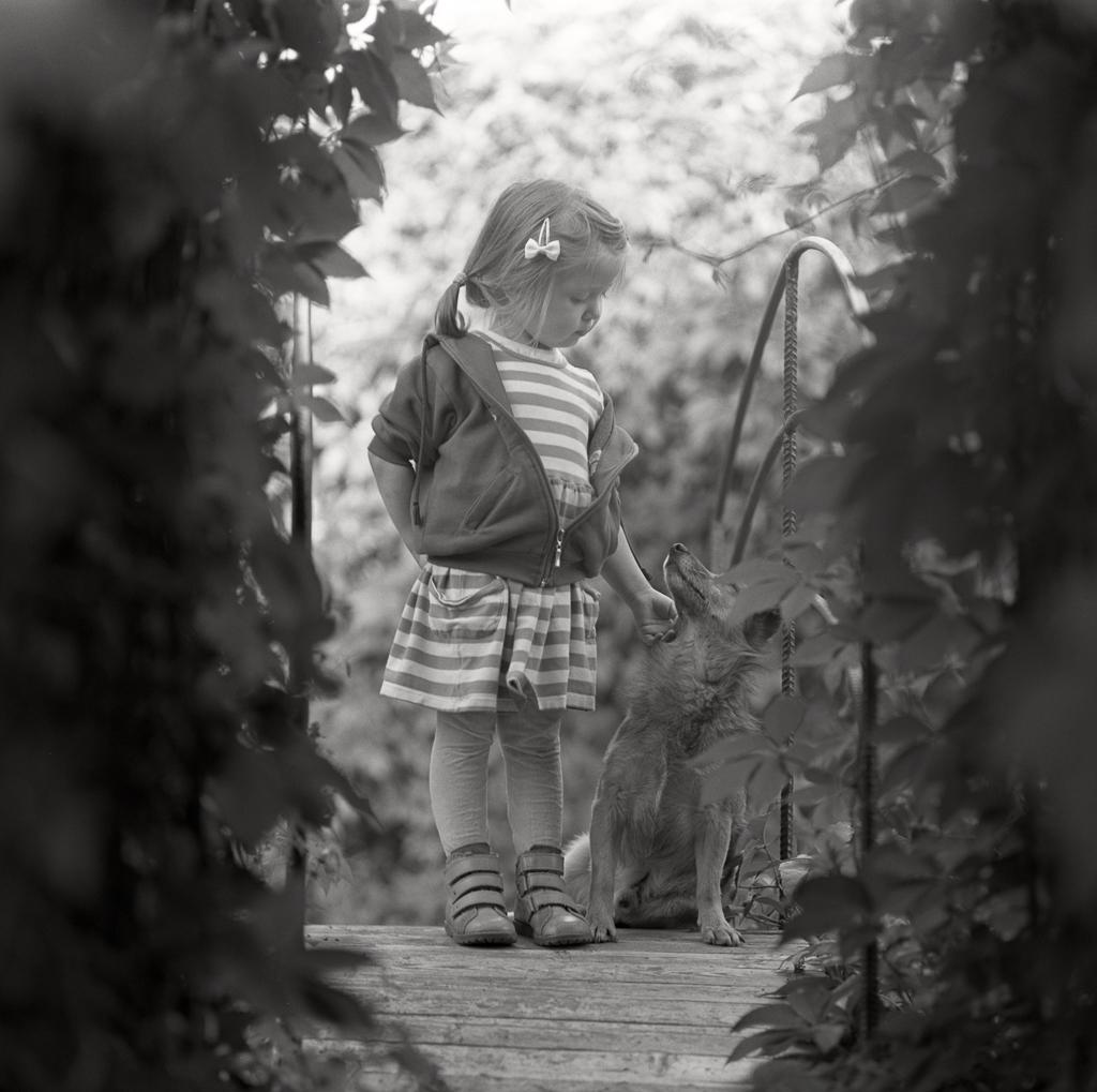 Fotografia analogowa - dziecko i pies